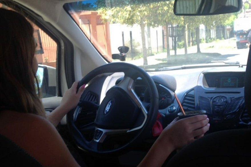 Prohibido tomar mate al conducir